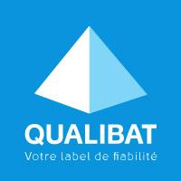 logo de Qualibat (organisme français de qualification et de certification des entreprises du bâtiment) qualubat en majuscule écrit en blanc et un pyramide blanche sur fond bleu.