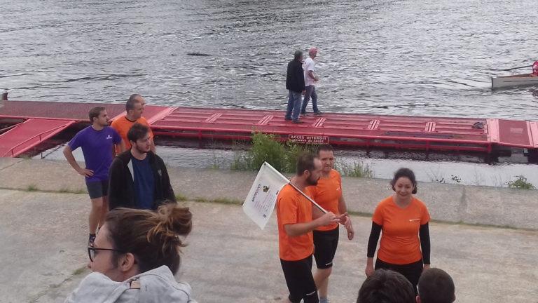Photos de l'aviron challenge entreprise 2017 : l'équipe de la sarl marquant sur les quais