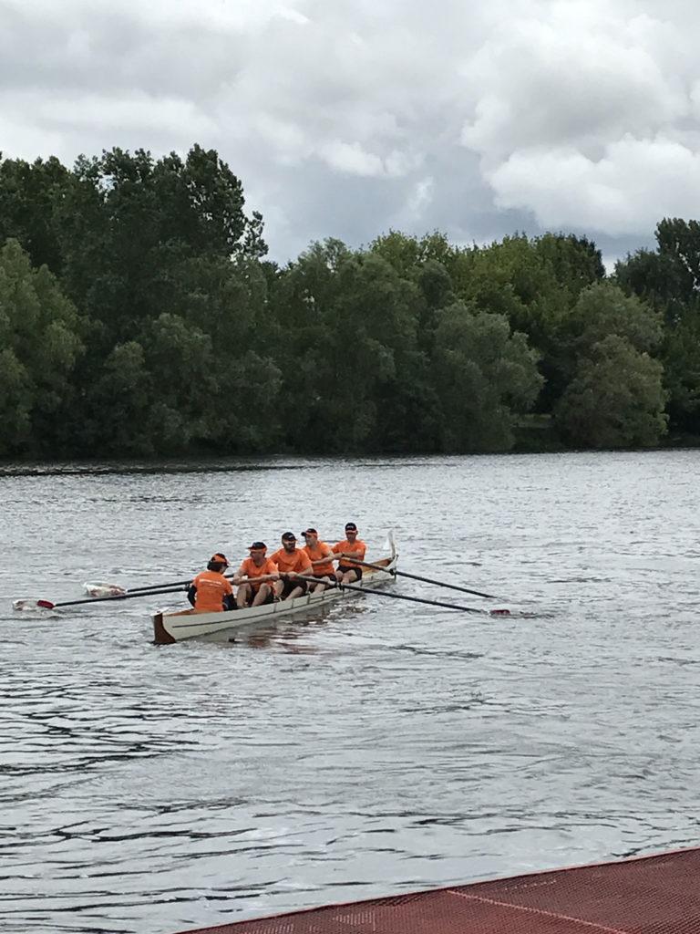 Photos de l'aviron challenge entreprise 2017 : l'équipe dans l'embarcation sur la dordogne