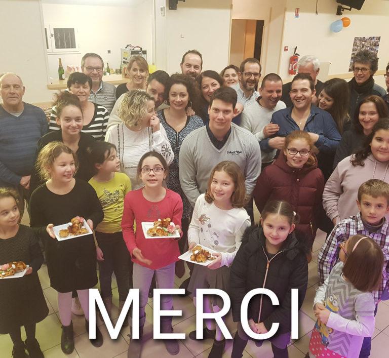 Photo de l'équipe et leurs famille pour les 10 ans de l'entreprise, avec écrit Merci à nos clients.