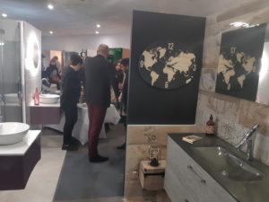 photo d'une salle de bain style avanture dans la salle d'exposition de Partedis.