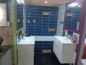 photo d'une salle de bain style super héro dans la salle d'exposition de Partedis.