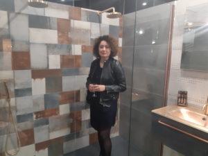 photo d'une femme dans une douche dans la salle d'exposition de partedis.