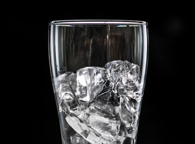 image libre de droit de pixabay - sur la photo un verre avec des glaçons.