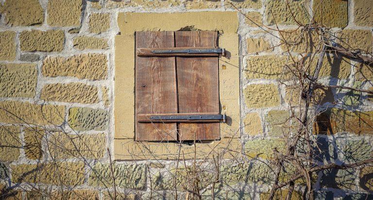 image libre de droit de pixabay - sur la photo un volet fermé d'une maison rustique.